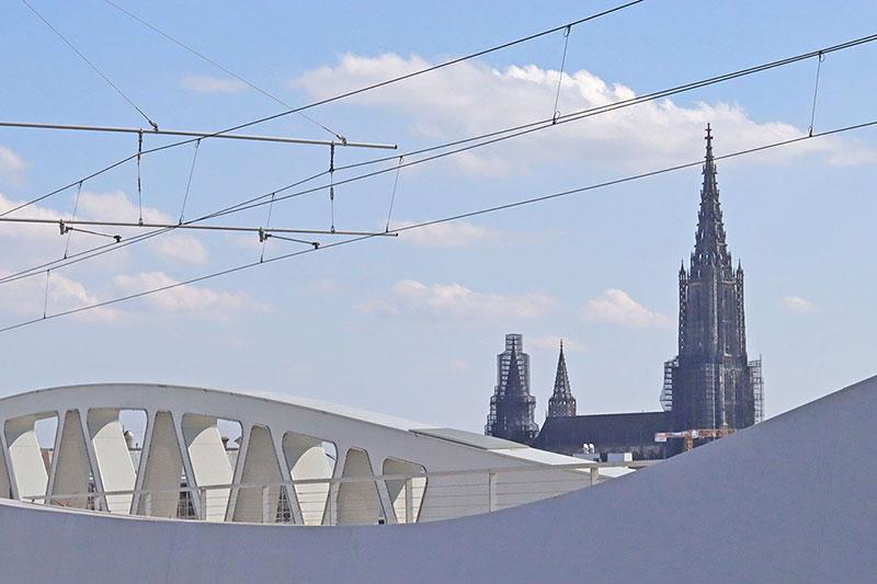 Moderne Stahlkonstruktion bei der Kienlesbergbrücke in Ulm