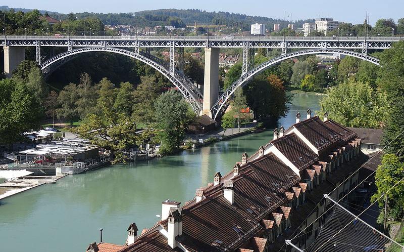 Luftaufnahme des Mattenquartiers mit der Kirchenfeldbrücke in Bern